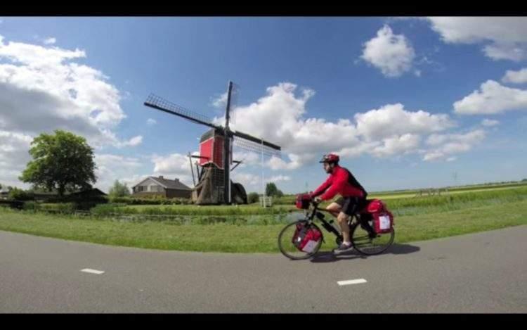 Hace 3.000 km en bici comiendo comida que recoge de la basura por una buena causa 2