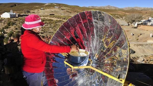 En la cocina solar se puede hervir agua en 20 minutos, freír empanadas y preparar guisos. Lo mismo que se hace en un aparato a gas. Fuente: http://www.clarin.com/