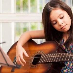 Si quieres que tu hijo se desarrolle, quítale el iPad y dale una guitarra 13