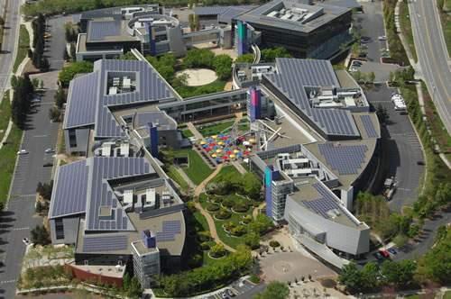 En Google Solar Panel Project explican que en las gigantescas oficinas de Silicon Valley el 30% de la energia utilizada es ya proviene de unos paneles solares. Fuente: http://www.tufuncion.com/