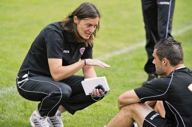 Corinne Diacre, la entrenadora que desafía el fútbol masculino francés: la mejor de la Liga2 2