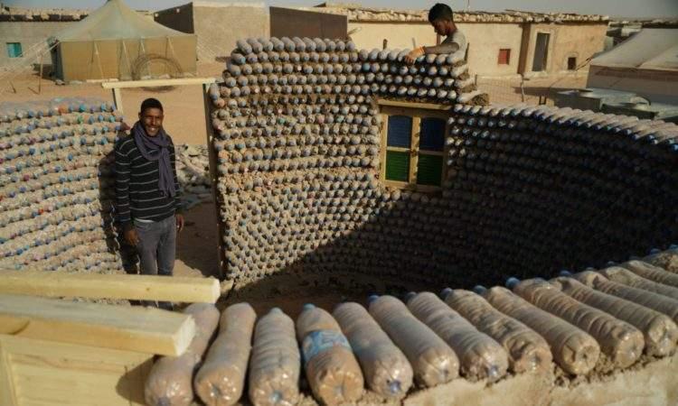 El joven ingeniero que construye casas con botellas de plástico para luchar contra el desierto 2