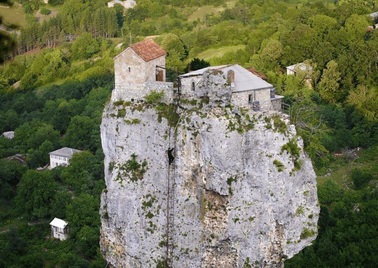 La vida en lo alto de una roca: Katskhi Pillar, el hogar de un monje georgiano 2