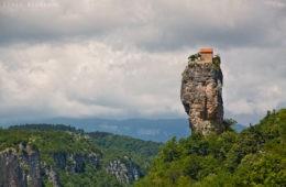 La vida en lo alto de una roca: Katskhi Pillar, el hogar de un monje georgiano 4