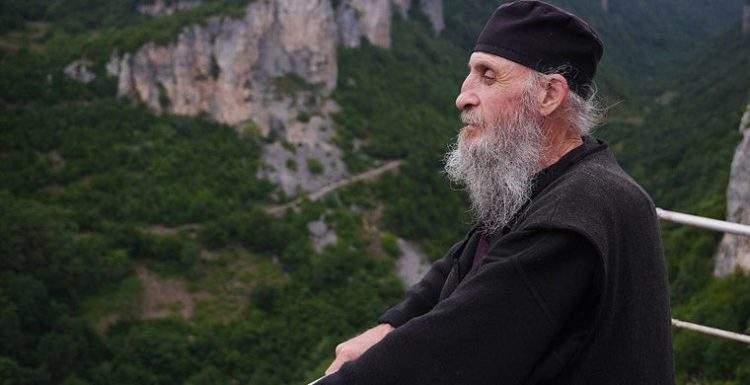 La vida en lo alto de una roca: Katskhi Pillar, el hogar de un monje georgiano 1