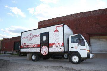 El hombre que transformó su antiguo camión en una ducha portátil para personas sin hogar 10