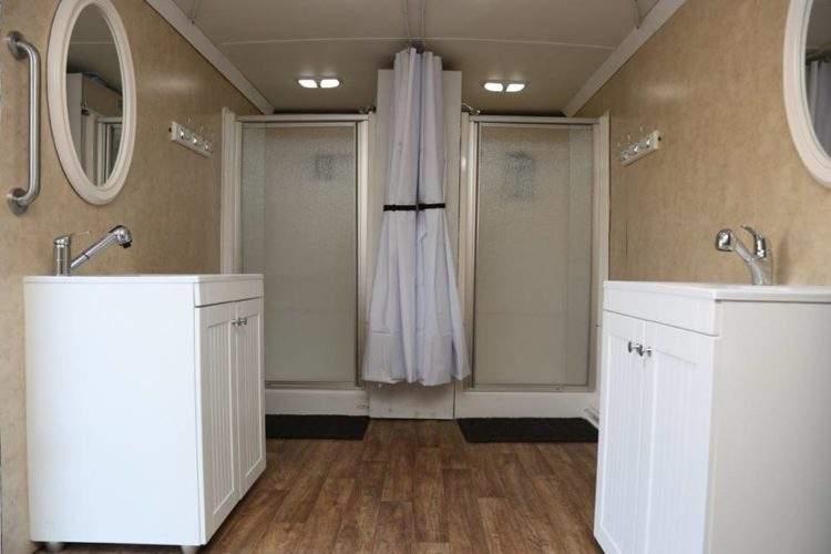 El hombre que transformó su antiguo camión en una ducha portátil para personas sin hogar 4