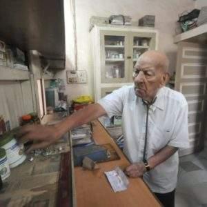 El secreto de un médico indio para seguir ejerciendo su profesión a los 102 años 8