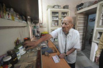 El secreto de un médico indio para seguir ejerciendo su profesión a los 102 años 2