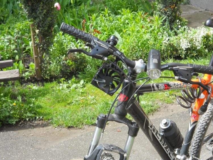 Un adolescente rumano diseña un cargador de móvil para la bici por 4€ 7