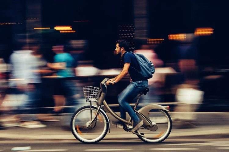 Un adolescente rumano diseña un cargador de móvil para la bici por 4€ 3