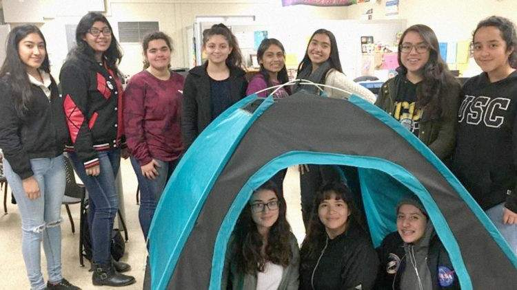 Unas adolescentes diseñan una increíble tienda de campaña para personas sin hogar 1