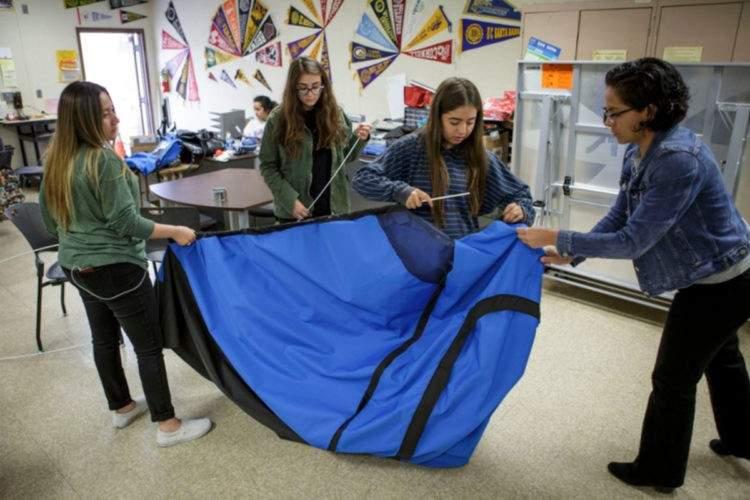 Unas adolescentes diseñan una increíble tienda de campaña para personas sin hogar 5