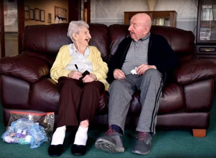 Una anciana de 98 años se traslada a una residencia para cuidar de su hijo de 80 4