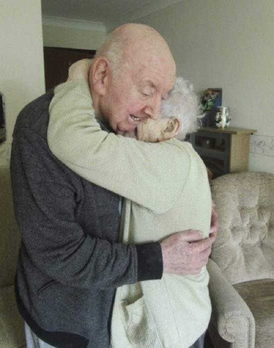 Una anciana de 98 años se traslada a una residencia para cuidar de su hijo de 80 5