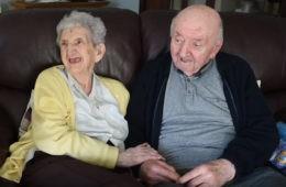 Una anciana de 98 años se traslada a una residencia para cuidar de su hijo de 80 10