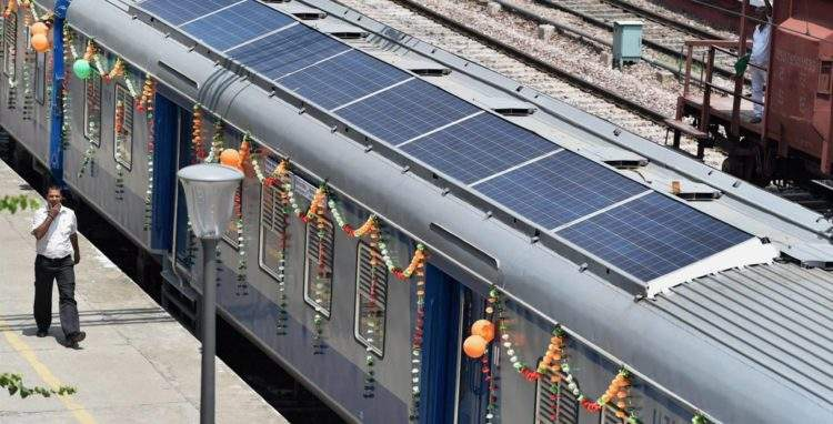 India inaugura sus primeros trenes provistos de paneles solares 2