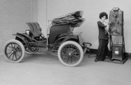 Los primeros vehículos eléctricos ya circulaban en 1880. ¿Por qué no se extendió su uso antes? 14