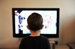 Deberías limitar el tiempo que tus hijos pasan delante de pantallas. Este estudio te da el motivo 18