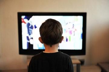 Deberías limitar el tiempo que tus hijos pasan delante de pantallas. Este estudio te da el motivo 4