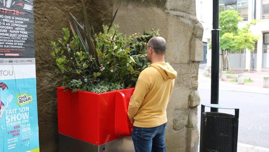 Uritrottoir: urinarios públicos parisinos para evitar orinar en las calles (y abonar las plantas) 3