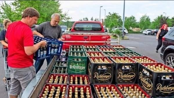 Compran toda la cerveza de los supermercados para boicotear un festival neonazi de su ciudad 3