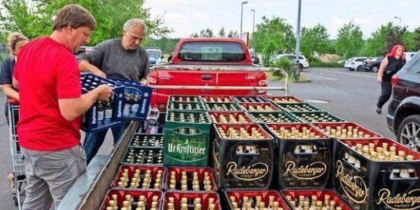 Compran toda la cerveza de los supermercados para boicotear un festival neonazi de su ciudad 14