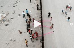 Activistas instalan este balancín en la frontera entre Estados Unidos y México para que los niños puedan jugar juntos 16