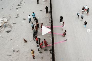 Activistas instalan este balancín en la frontera entre Estados Unidos y México para que los niños puedan jugar juntos 9