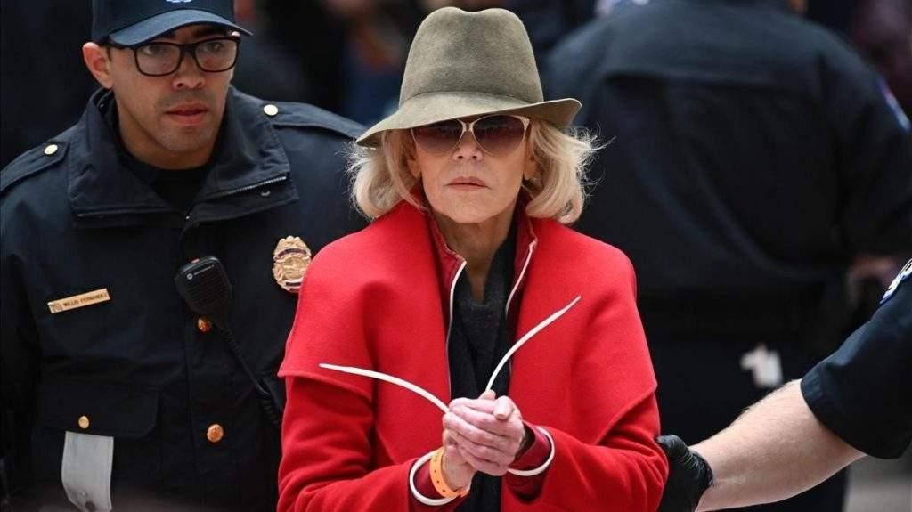 ¿Por qué detienen a Jane Fonda? Descubre la verdad tras su protesta pacífica (y el significado de su abrigo rojo) 2