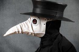 Además del estilazo, te sorprenderán las diferencias entre las máscaras de la peste y las que usamos ahora 14