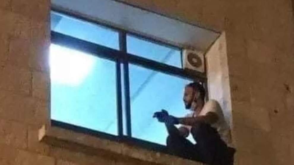 Un joven trepa hasta la ventana de un hospital para despedirse de su madre enferma por Covid 3